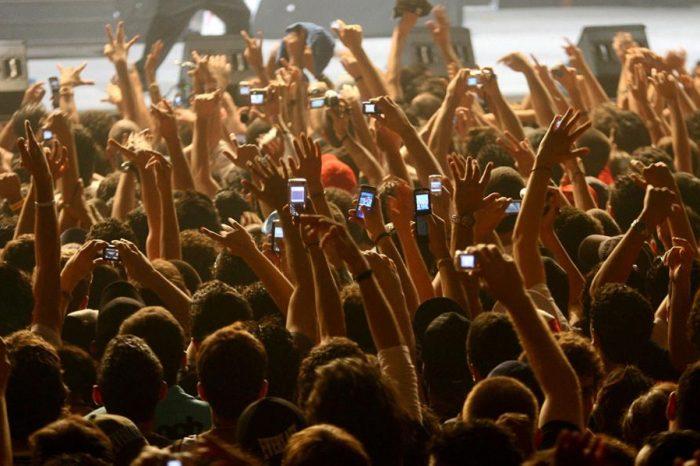 Φτάνει πια με τα κινητά σας στις συναυλίες